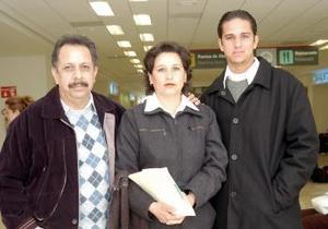 <b>24 de noviembre 2005</b><p> Martha Rodríguez viajó a Los Ángeles, la despidieron Jesús Zamora y Ricardo Morales.