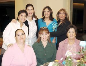 Brenda Escandón de Aguado acompañada de Josefina Aguado de Martínez, Elena, Lupita, Connie, Montserrat y Guadalupe Escandón.