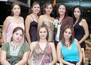 Dahlia  Morado Campos junto a invitadas a su fiesta de despedida de soltera.