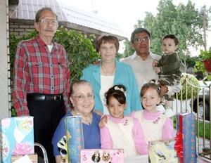Las pequeñas Sandra y Beatriz Máynez Martínez, acompañadas de sus familiares, el día de su piñata.