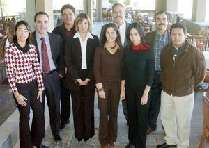 <b>24 de noviembre 2005</b><p> Los organizadores de Expo Navidad, Miguel, Brenda, Efrén, Flavia, Héctor, Mary, Gaby, Sergio y por parte de una de las empresas participantes, Fernando Orozco.