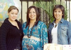 Ana Lucía Villanueva de Villalobos, en compañía de Laura Villanueva de Rivera y Daniela Flores.