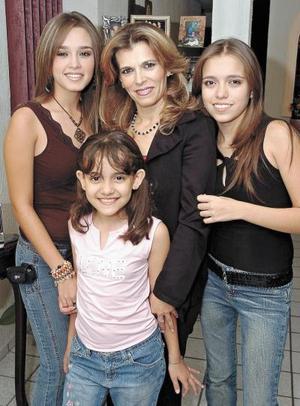 Gaby Bravo Chacón acompañada por sus hijas Mariana, Gabriela y Melissa Plata Bravo, en la fiesta de cumpleaños que le organizaron hace unos días.