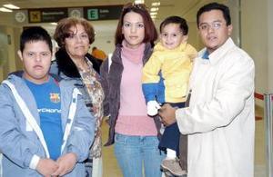 Jasmín de León, Miguel Castañeda y Miguelito viajaron a Tijuana y fueron despedidos por Ernestina Mendoza y José de León.