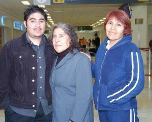 María de la Luz González viajó a Tijuana y la despidieron Carmen Chavarría y Javier Carrillo.