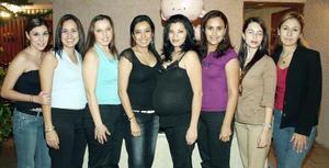 Carmen Castañeda de Márquez acompañada por un grupio de amigas que le organizaron una fiesta de canastilla por el bebé que espera.