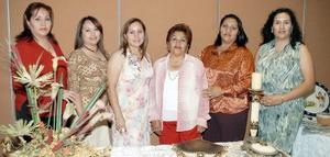 <b>25 de noviembre 2005</b><p> Leila Morales Borrego en compañía de un gripo de invitadas a su fiesta de despedida de soltera.