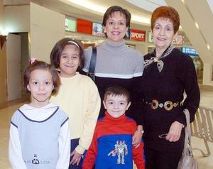 María Elena de Toraño, Mariana de Canales, Marina, Miriam y Emilio Canales.