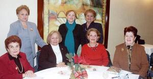 María Teresa de Cruz, Mary de Meléndez, Gaby de Ramírez, Güera de Flores, Socorrito de Alonso, Bertha de Fuente y Tina de Fuente, en una tarde de café.