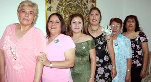 Marisa del Crmen Carbajal Bonilla en su despedida de soltera acompañada por Esther B. de Carbajal, Esther Carbajal de De la O, Raquel Castro de Carbajal, Dolores Soto de Carbajal y Sandra Carbajal Bonilla.