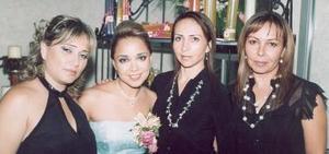 <b>26 de noviembre 2005</b><p> Tuty Villarreal captada en la despedida de soltera que le ofrecieron hace unos días acompañada por Cristina Valles Villarreal, Gabriela García Aymerich y laura García Aymerich.
