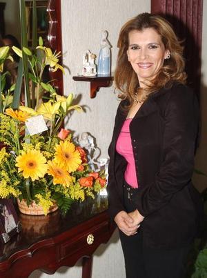 <b>26  de noviembre 2005</b><p>  Múltiples felicitaciones recibió Gaby Bravo Chacón con motivo de su cumpleaños, en la reunión que le organizaron hace unos días.