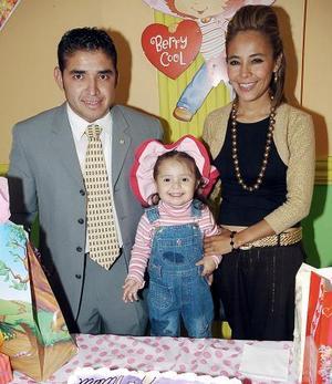 Alejandra Guzmán Silva acompañada por sus papás Alejandro Guzmpan Chávez y Cinthia Silva de Guzmán
