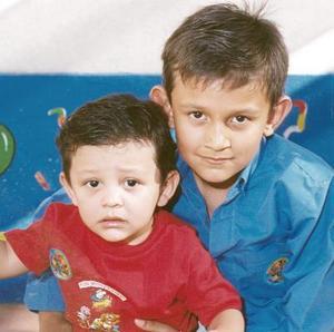 Ángel Saúl acompañado por su hermano Cristian.
