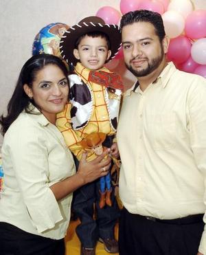 César Alejandro García Becerra disfrutó de una alegre piñata que le organizaron sus papás Lidia Becerra y Mario García.
