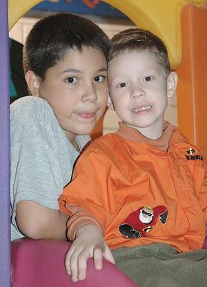 Daniel Enríquez Aguirre junto a su hermanito Ricardo en la fiesta que le organizaron con motivo de sus cuatro años de edad.
