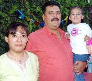Daniela Delgadillo Wong en compañía de sus papás Socorro Wong de Delgadillo y Francisco Delgadillo Mena.