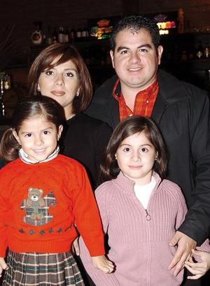 Fernando Siller Mendoza celebró su cumpleaños en compañía de su esposa Violeta de Siller y sus hijas Silvia y Alejandra