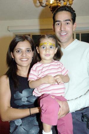 Isaura Ivonne, en una fiesta infantil acxompañada de sus papás, Perla García y Rafael Bustos.
