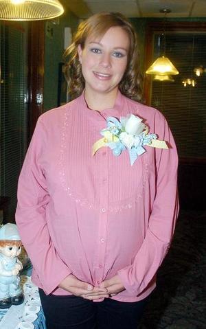 Cristina Gallardo Aceves recibió muchos regalos en la fiesta de canastilla que le ofrecieron.