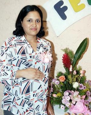 Patricia Carlos de Pérez espera el nacimiento de su primer bebé.