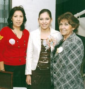María Luisa Cruz Álvarez captada con su mamá María del Carmen Álvarez y su suegra María del Refugio Sánchez quienes le ofrecieron una despedida de soltera