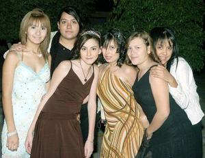 Ingrid, acompañada por sus amigas el día de su fiesta de quince años.