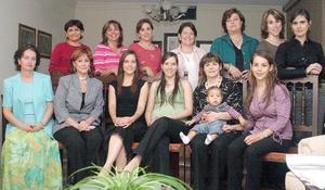 Mariana Delgado de Robles recibió numerosos regalos en la fiesta de canastilla que le organizaron su suegra.
