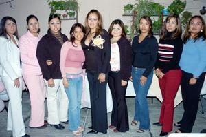 Norma Angélica Dena Salazar acompañada por sus amigas en su despedida de soltera.