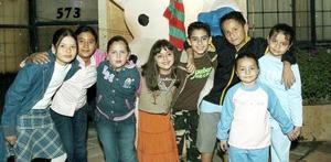 <b>27 de noviembre 2005</b><p> Hugo Alexi Núñez Ruiz con un grupo de amiguitos asistentes a su fiesta de diez años