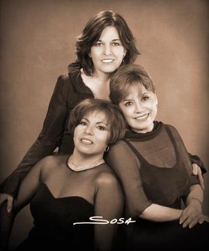 María del Carmen Sotelo, María Dolores Morán y Martha Alicia Meza captadas en un estudio fotográfico.