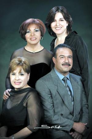 María del Carmen Sotelo, María Dolores Morán, Martha Alicia Meza García y Fidel Ontiveros Jiménez celebraron con una fiesta 25 años de labor magisterial.
