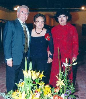 Irene Martínez Rebolloso en el homenaje que le ofreció el profesor Lorenzo de Lira, director del Centro Cultural Pablo C. Moreno con motivo de su aniversario magisterial, la acompaña Irma Esquivel.