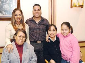 Juan Manuel acompaña a su mamá María de los Ángeles Alvarado Luna, de su hermana Lidia, y su amiga Yanela Mota, así como la niña Cecilia.