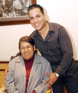 Juan Manuel Charles el día de su festejo junto a su mamá..