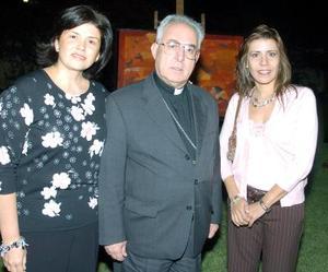 Lourdes Rebollo de González, obispo José Guadalupe Galván Galindo y Ana Cristina García de Inzunza.