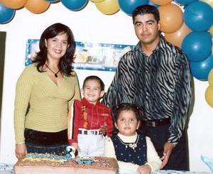 Alejandro Tabares Sifuentes en su fiesta de cumpleaños, en compañía de sus papás Sandra Margarita Sifuentes de Tabares y Alejandro Tabares y su hermanita.