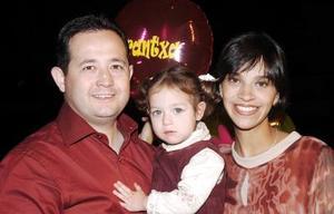 Arantza Sofía Echávarri captada junto a sus papás Juan Carlos Echávarri Ortega y Rosy Rivera.