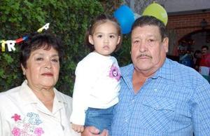 Daniela DelgadilloWong acompañada por sus abuelitos, José Luis Delgadillo y Carmen Mena de Delgadillo, en la merienda que le ofrecieron.