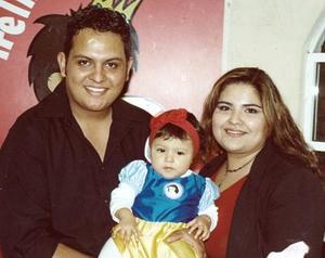 Jaime Rodolfo Delgado Favela y Laura Melissa Herrera de Delgado, con su hijita Jimena Delgado Herrera, el día de su piñata.