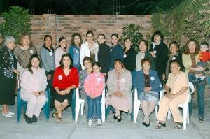 <b>28 de noviembre 2005</b><p> María Luisa Cruz Álvarez captada con un grupo de amistades en la despedida de soltera que le ofrecieron en días pasados.
