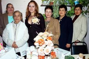 María Guadalupe Carrillo, Amparo  Salinas, Rosario Salazar, María Elena Salazar y Ana María Salazar, le organizaron una fiesta de despedida a Norma Dena Salazar.