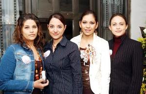 María Luisa Cruz Álvarez acompañada por grupo de amigas el día de su fiesta de despedida.