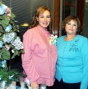 Cristina Gallardo de Aceves en compañía de Margarita Coronado de Aceves, quien le ofreció una fiesta de canastilla.