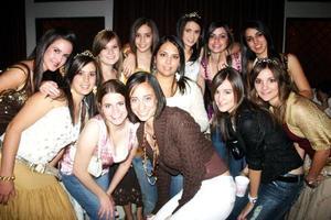 Claudia Rebollo acompañada por un grupo de amigas, en la fiesta de cumpleaños que le organizaron sus papás