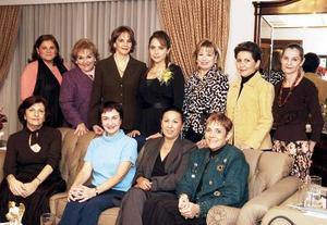 Gaby acompañada por Ana de Sarabia, Laura, Pelancha, Leila, Charmein, Laurencia, Alicia, Gaby de Guajardo, Graciela de Molina y Magaly González..