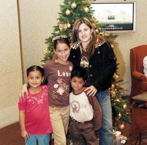 Alejandra  Valles, con sus hijos Ale, Homero y Valeria Ruiz