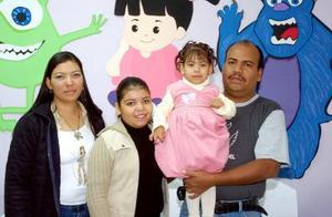 <b>30 de noviembre</b><p> Natalia Ramírez Espino, captada el día de su piñata con sus papás Cecilia Espino y Héctor Ramírez y su hermanita Angélica.