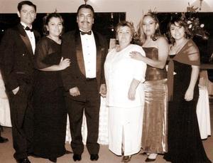 Antonio Silva e Irma Alicia Martínez, acompañados por sus hijos Antonio, Irma, Edith y Cristy Silva Martínez.