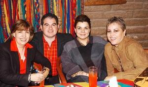 Fernando Siller Méndez acompañado por un grupo de amigas, en un festejo que se le ofreció por su cumpleaños.